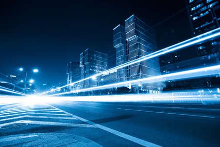 sentier: des tra�n�es lumineuses sur la ville moderne de nuit � P�kin, Chine Banque d'images