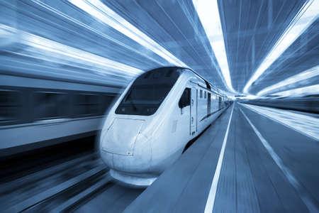 estacion tren: CRH (China tren de alta velocidad) entrenar con el desenfoque de movimiento