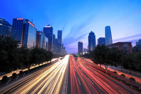 autopista: paisaje urbano de Beijing al atardecer con tr�fico