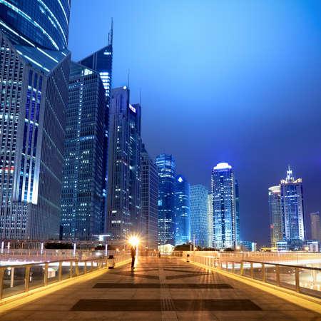 flyover: nachtscène van het moderne gebouw achtergrond op het viaduct in shanghai