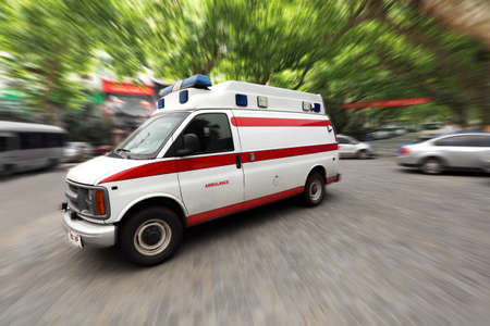 ambulancia: una ambulancia por exceso de velocidad en la calle