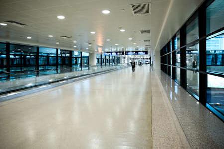 corridoi: corridoio di aeroporto a Pudong Shanghai Editoriali
