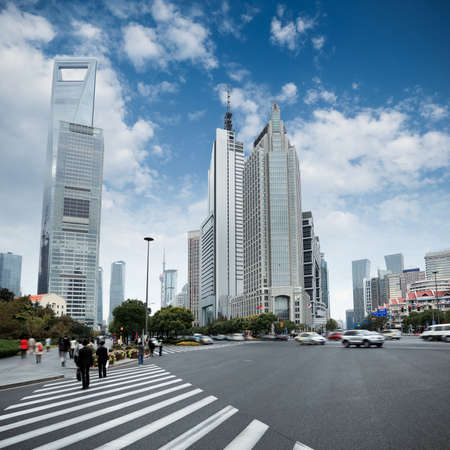 personas en la calle: la escena de la calle de la avenida del siglo en Shanghai, China.