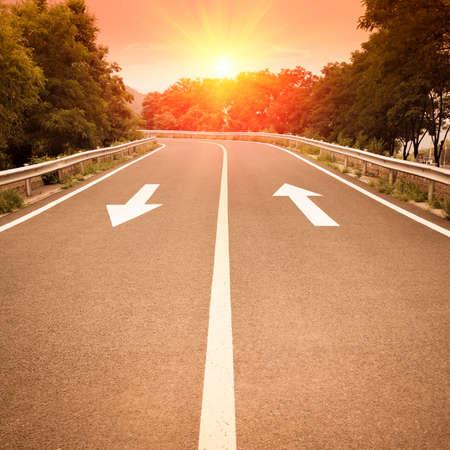 intention: panneaux de signalisation fl�che sur l'autoroute avec le coucher du soleil