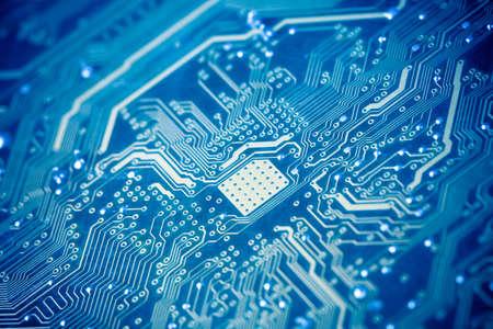 circuito integrado: la placa de circuito con un tono azul