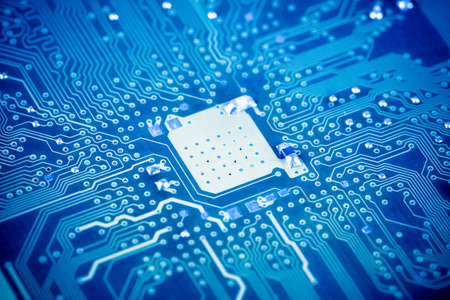 circuitos electronicos: cerca de la placa de circuito con tono azul Foto de archivo