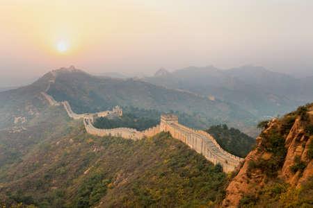 chinese wall: il grande muro di avvolgimento in cresta al sorgere del sole
