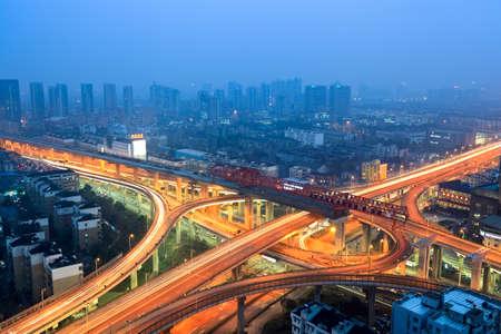 flyover: viaduct in de moderne stad in de schemering Stockfoto