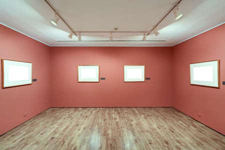 cornici sulla parete in sala espositiva