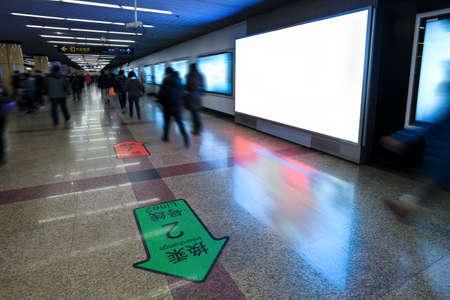 station m�tro: �cran �lectronique vierge sur le mur de la station de m�tro canal �ditoriale