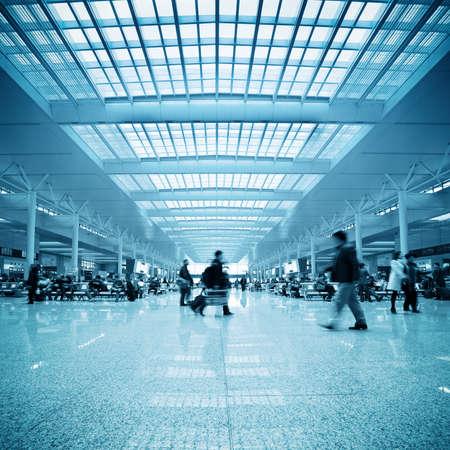 estacion de tren: desenfoque de movimiento de pasajeros en la estación de tren de Shanghai, sala de espera
