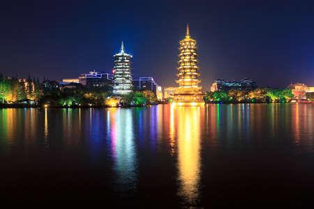 banyan: pagodas de oro y plata en Banyan lago en la noche, Guilin, China