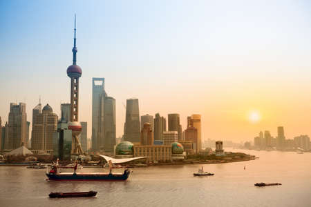 Shanghai horizonte y el río Huangpu, en la oscuridad