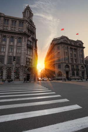 paso de peatones: la escena de la calle al atardecer Bund en Shanghai, China