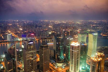 overlooking: con vistas a Shanghai desde el edificio Jinmao en la noche