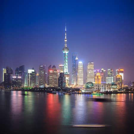 美しい夜、中国上海のスカイライン 報道画像
