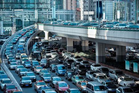 Automobil-Staus im morgendlichen Berufsverkehr Standard-Bild