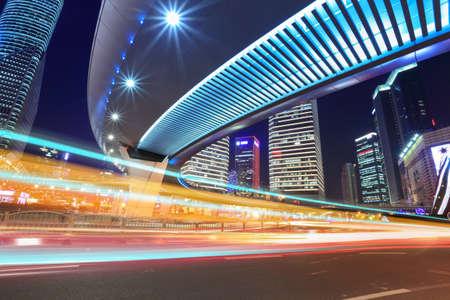 flyover: licht sporen door middel van viaduct, 's nachts het verkeer op de binnenstad in Shanghai