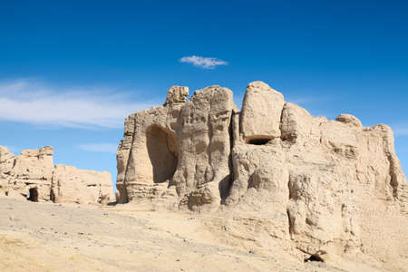 xinjiang: les ruines Jiaohe contre un ciel bleu à Turpan, Xinjiang, Chine