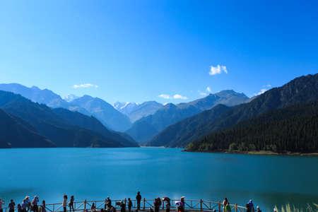 xinjiang: le lac céleste avec voyageur dans le Sinkiang, Chine