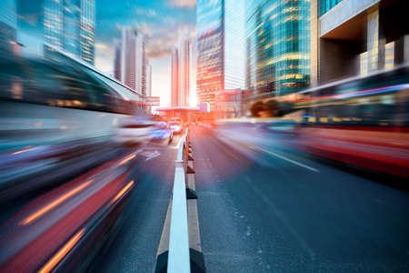 dynamische straat in moderne stad, schemering verkeer in Shanghai