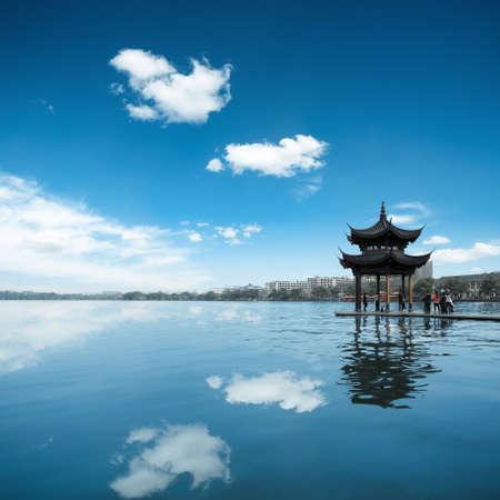 jezior: ancient pawilon na tle błękitnego nieba i refleksji w zachodniej jeziora w Hangzhou, Chiny