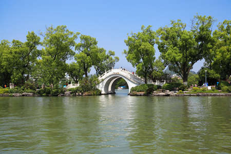 banyan: tradicional puente de piedra en el lago Banyan en Guilin, China Foto de archivo