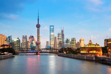perlas: hermosa noche en Shangai, vista desde el río suzhou