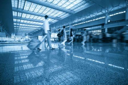 gente aeropuerto: colas de pasajeros ocupado en la sala de espera moderna