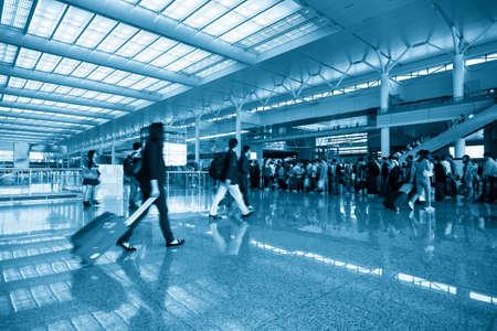estacion de tren: el desenfoque de movimiento de pasajeros en la sala de espera ocupada el día de fiesta