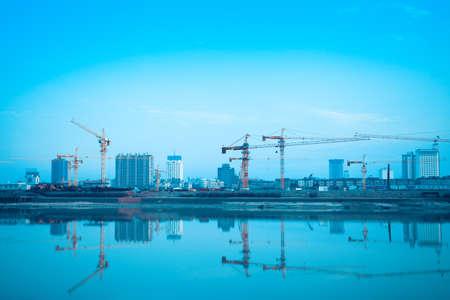 costruzione sito riflessione nel fiume, lo sviluppo della città di sfondo