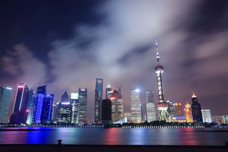 美しい近代的な都市の夜のシーンの上海北外灘ビュー