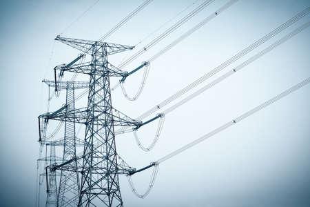 torres de alta tension: torres de energía silueta en el cielo