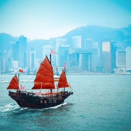 orange wooden sailboat sailing in victoria harbor at Hong Kong Standard-Bild