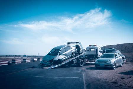 camioneta pick up: accidente de coche en la gr�a escena, accidente de tr�fico en la carretera Editorial