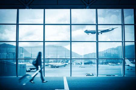 gente aeropuerto: escena moderno aeropuerto de desenfoque de movimiento de pasajeros con ventana exterior