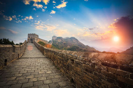 muralla china: la gran pared con puesta del sol brillar, jinshanling, China Foto de archivo