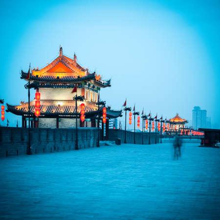muralla china: hermosa torre de la puerta de la antigua muralla de la ciudad en la oscuridad en Xian, China Foto de archivo