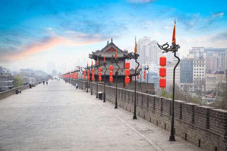 alten Turm auf Stadtmauer in Xian in der Abenddämmerung, China