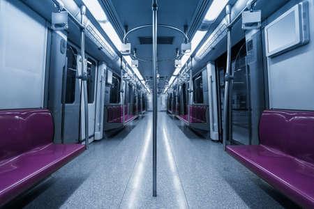 treno espresso: all'interno dei vagoni della metropolitana, vuoto sedili viola