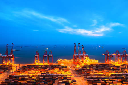 shanghai container terminal at nightfall Imagens