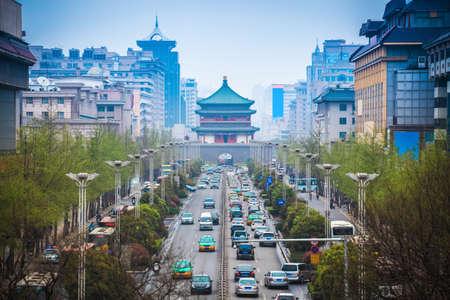西安、中国、古代都市の中心の鐘楼のストリート シーン