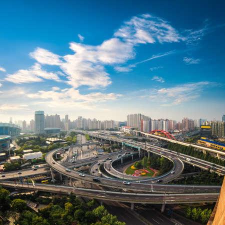 早朝、都市歩道橋の航空写真ビュー上海、中国
