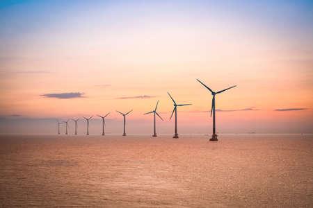 viento: parque e�lico marino al atardecer en el mar del este de China. Foto de archivo