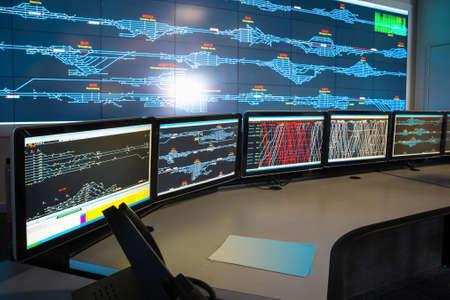 sistema: sala de control de trenes, las computadoras y la programaci�n de trenes, China Foto de archivo
