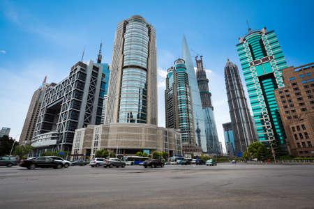bolsa de valores: escena de la calle del centro financiero de Shangai, China.