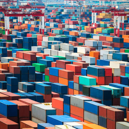 freight container: numerosos contenedores en el puerto Foto de archivo