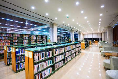 moderne bibliotheek interieur, bibliotheek omgeving met boeken en leeshoek Redactioneel