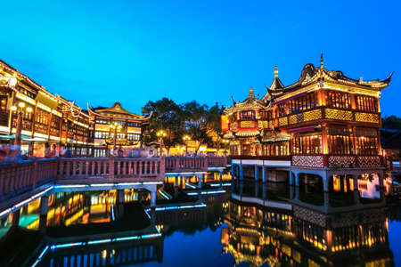 shanghai yuyuan garden with reflection in the lake at night,China. Imagens - 21858790