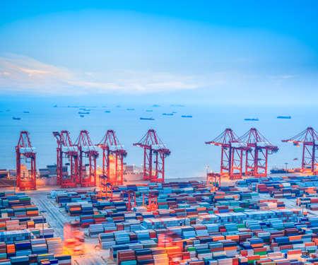 shanghai containerterminal in de schemering, Yangshan diepwaterhaven, China Stockfoto
